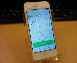 バキバキに割れたiPhone 5のガラス交換とフレーム矯正も行いました。 クイック名古屋