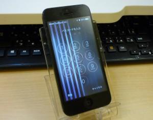 画面にストライプ状のタテジマが! iPhone 5 膨張したバッテリーにも気を付けて~